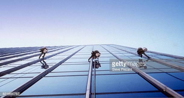 window washers on a skyscraper - high up stock pictures, royalty-free photos & images