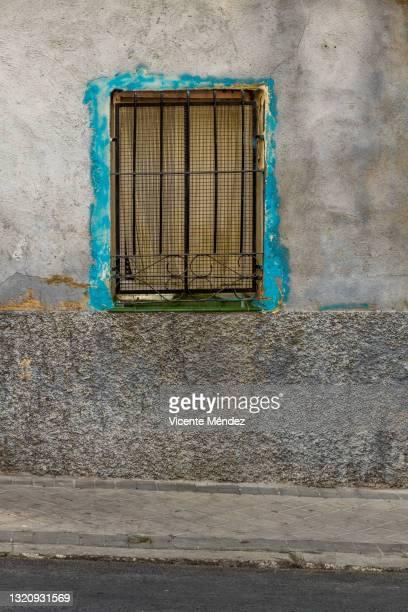 window with fence - vicente méndez fotografías e imágenes de stock
