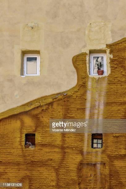 windows in a wall with insulation - vicente méndez fotografías e imágenes de stock