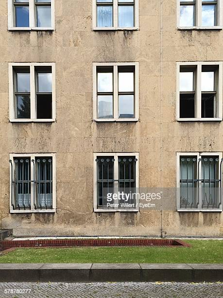 windows of residential building - kerb stock pictures, royalty-free photos & images