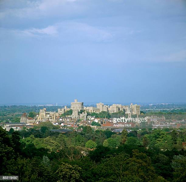windsor castle building and windsor town - windsor castle stock pictures, royalty-free photos & images