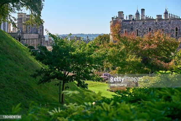 ウィンザー城建築外装と美しい庭園、晴れた日、英国 - イギリス バークシャー ストックフォトと画像