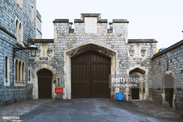windsor castle ingang aan st alban's street - windsor castle stockfoto's en -beelden