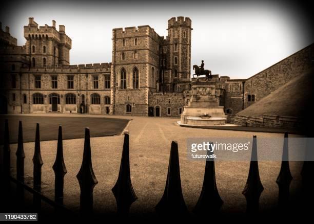 windsor castle, vorderansicht des südflügels der upper ward, von außerhalb der tore, windsor, england - schloss windsor stock-fotos und bilder