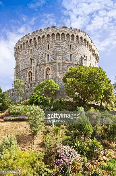 castelo de windsor com céu azul e nuvens berkshire, inglaterra, reino unido. - windsor inglaterra - fotografias e filmes do acervo