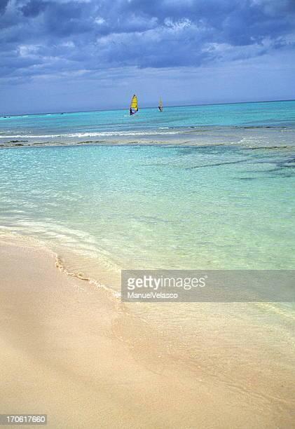 windsurf y aguas color turquesa