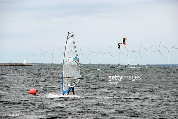 Windsurfen und Kitesurfen-Windturbinen in den Hintergrund