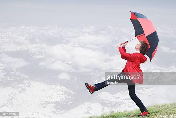 battu par le vent femme avec parapluie de marche de la falaise - pluie humour photos et images de collection