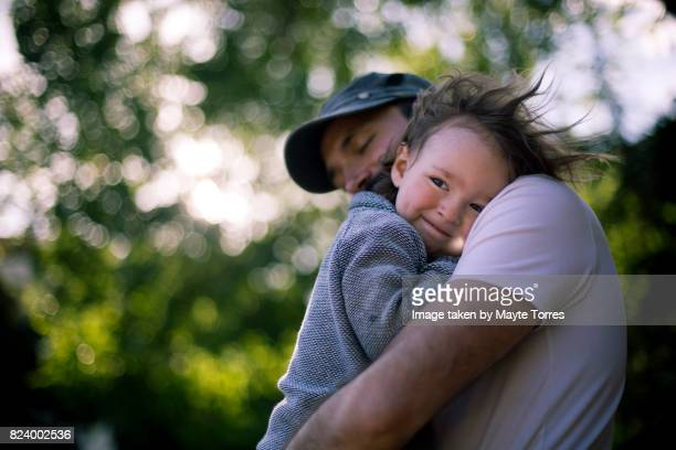 windy day with dad - love emotion stockfoto's en -beelden
