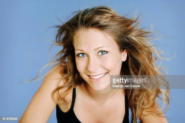 windigen haar - blaue augen stock-fotos und bilder