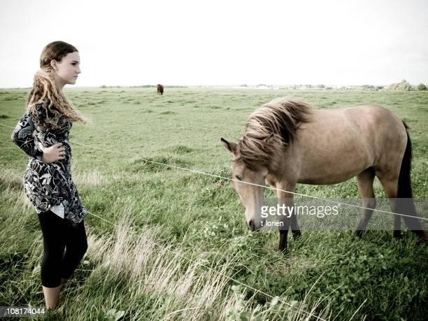 vento. - girl blowing horse - fotografias e filmes do acervo