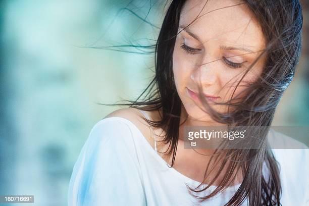 Windy portrait d'une belle fille freckled
