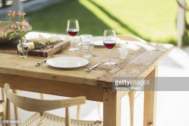 ワインとおつまみは、木製ダイニングテーブルでのパティオ
