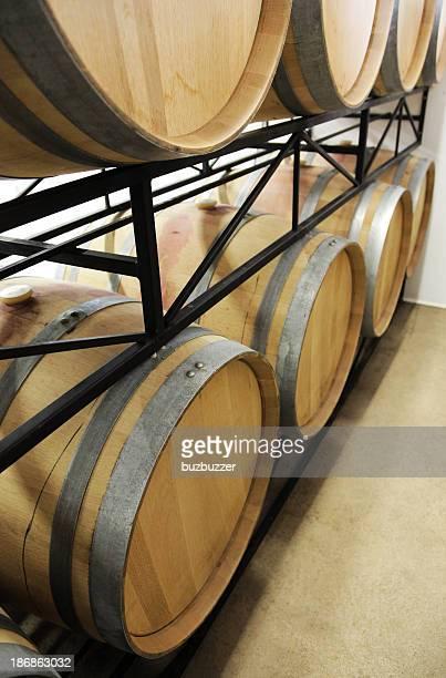 ワイン樽にラック - buzbuzzer ストックフォトと画像