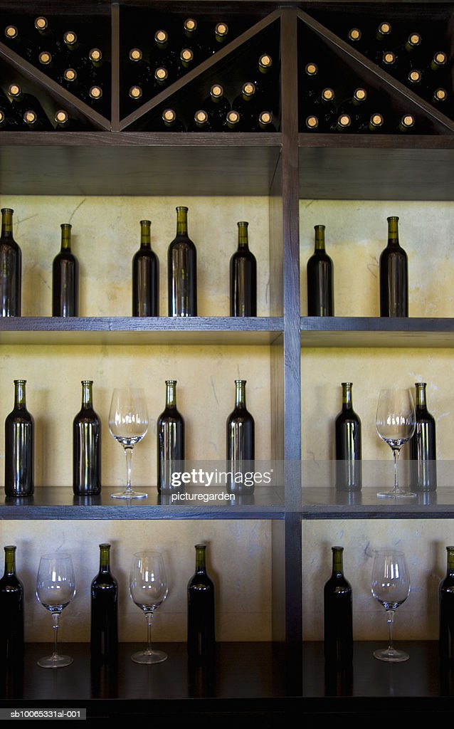 Wine bottle and glass display in shop : Foto stock