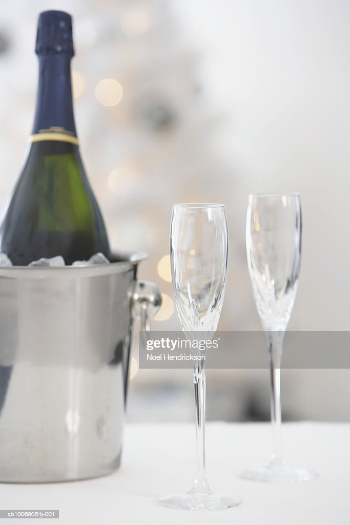 Wine bottle in ice bucket and wine glasses : Stockfoto
