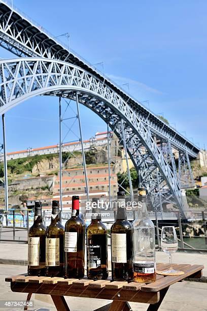 Botellas de vino en la mesa en Porto