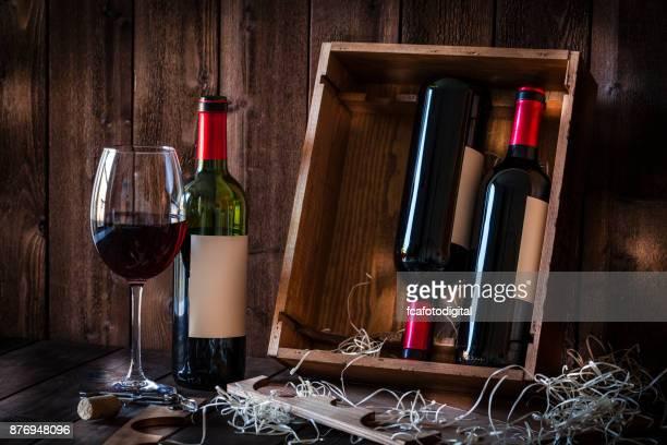 Weinflaschen und rustikalen Holztisch Weinglas erschossen