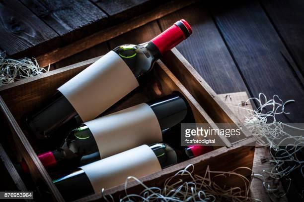 Weine in Flaschen verpackt in einer Holzkiste erschossen rustikalen Holztisch