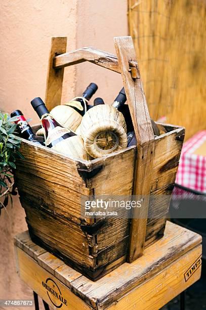 wine flasks - italia stockfoto's en -beelden