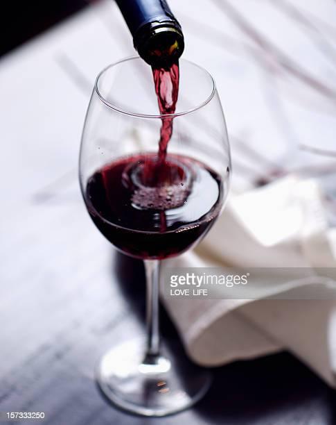 ワインを注ぎます。 - ボルドー ストックフォトと画像