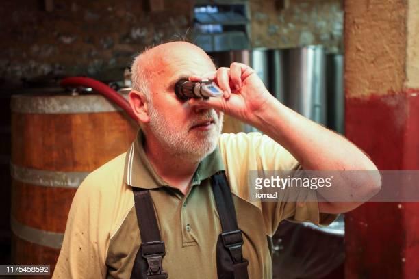 ein weinwinzer mit refraktometer - form ändern stock-fotos und bilder