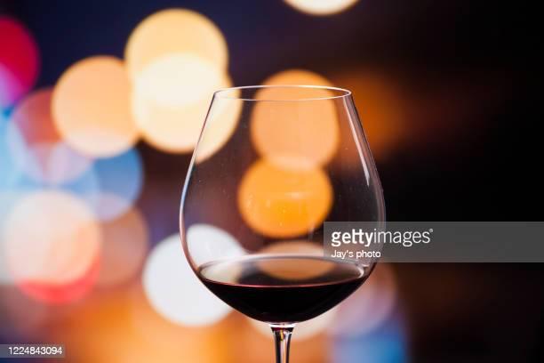 wine in city abstract background - uvas cabernet sauvignon - fotografias e filmes do acervo