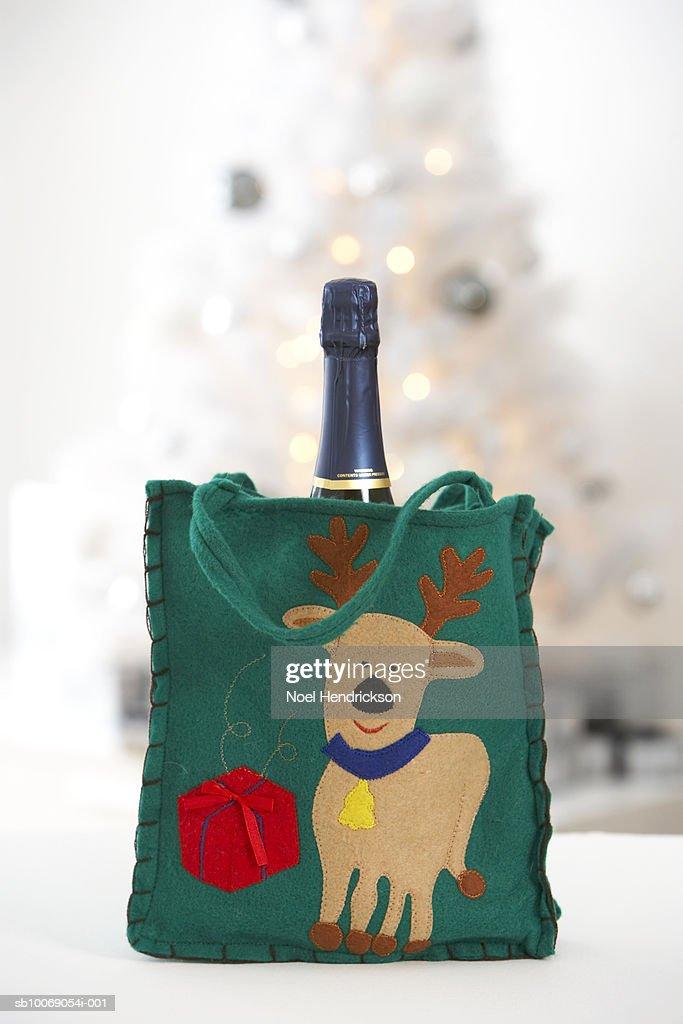 Wine in gift bag : Stockfoto