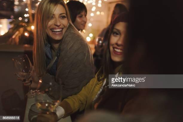 Wijnliefhebbers in avondje uit