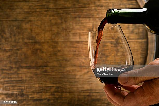 Versare vino in cantina