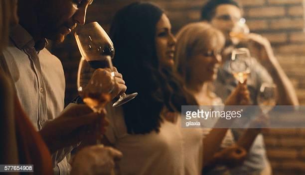 Dégustation de vins dans une cave à vin.