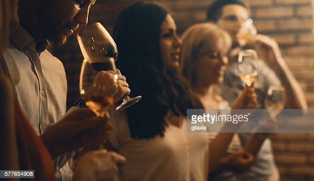 Degustazione di vino in una cantina di vini.