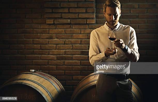 ワインのテイスティング。 - 地下貯蔵室 ストックフォトと画像