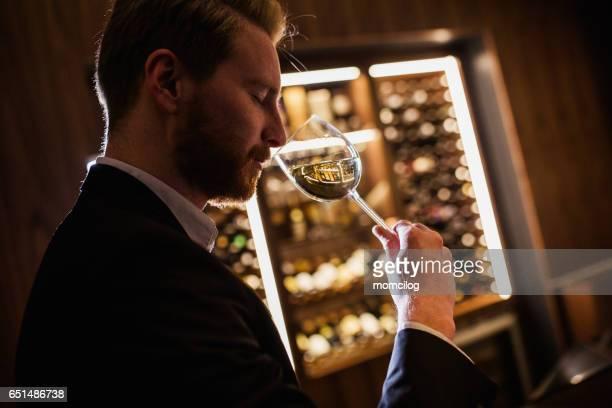 ワインテイスティング - ワインセラー ストックフォトと画像