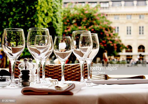 wineglasses and table setting - palais royal photos et images de collection