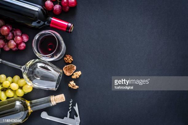 wijnen achtergrond: rode, rosé en witte wijnen op zwarte achtergrond met kopieer ruimte - stilleven stockfoto's en -beelden