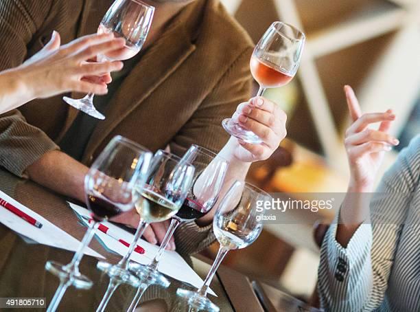 ワインテイスティングイベントをお届けいたします。 - 登場 ストックフォトと画像