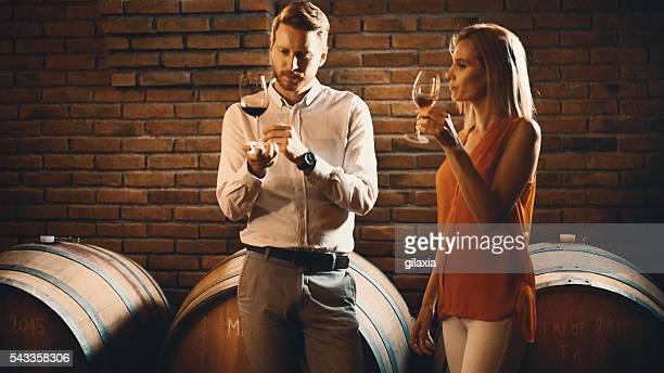 Degustação de vinhos em uma Adega.