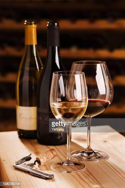 Oenologie dans la cave à vin, des bouteilles et verres de vin, tire-bouchon et casiers