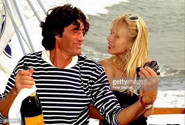 Winfried Glatzeder Claudine Wilde Pro7Serie Glückliche Reise Folge Italien II Staffel Venedig Boot Champagner Flasche Schauspieler Schauspielerin