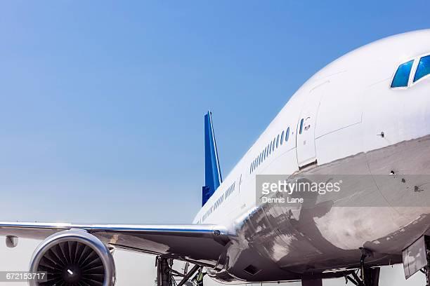 wing and engine on airplane - flugzeugheck stock-fotos und bilder