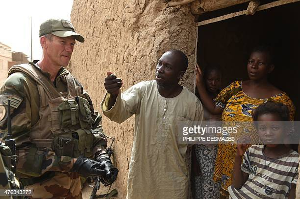 Wing Commander of the French 93rd Mountain Artillery Regiment nicknamed Col 'Zlatan' talks with North Malian refugees on June 3 2015 in Goundam in...