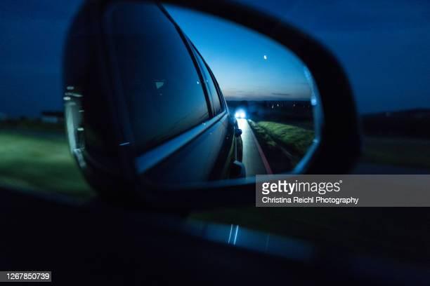 wing mirror at night - seguir actividad móvil general fotografías e imágenes de stock