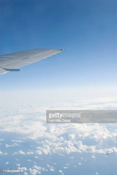 wing tip of plane in cloudy blue sky - lyn holly coorg imagens e fotografias de stock