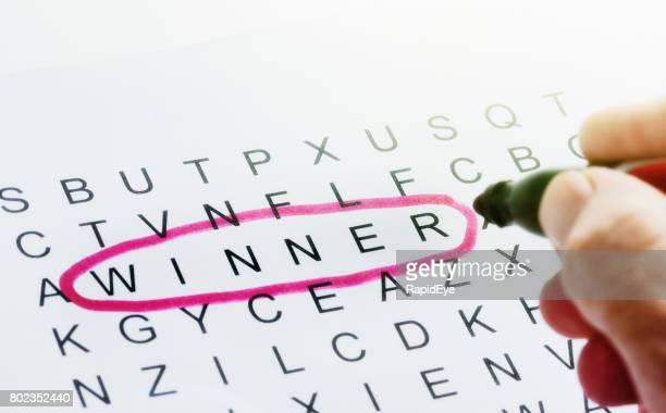 """""""Winnaar"""" wordt omcirkeld in het rood op pagina van onsamenhangende letters"""