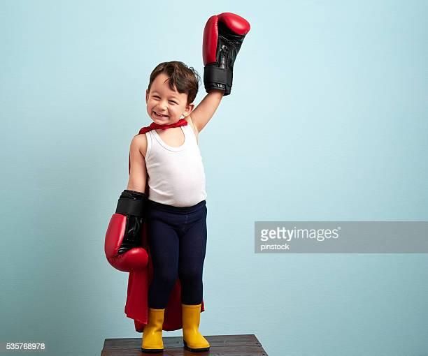 Gewinner Boxer Kind Erhöhung der Hände mit Sieg