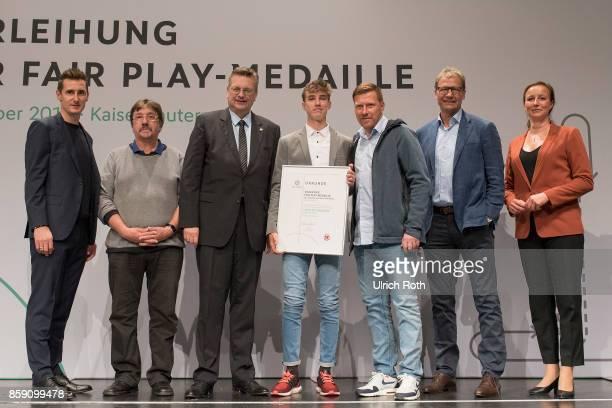 Winner Jonas Michelbrink and Gerd Liesgang from the national association Berlin with Miroslav Klose DFB President Rheinhard Grindel Inka MullerSchmah...