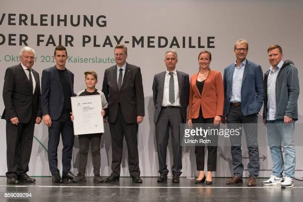 Winner Leyl Stuwe and Jurgen Aust from the national association SchleswigHolstein with Miroslav Klose DFB President Rheinhard Grindel Inka...