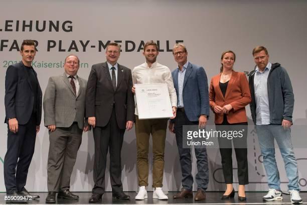 Winner Maxililian Kalk and Rolf Niggel from the national association Wurtemberg with Miroslav Klose DFB President Rheinhard Grindel Inka MullerSchmah...