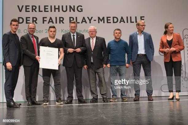 Winner MelfOve Friese and Uwe Doring from the national association SchleswigHolstein with Miroslav Klose DFB President Rheinhard Grindel Inka...